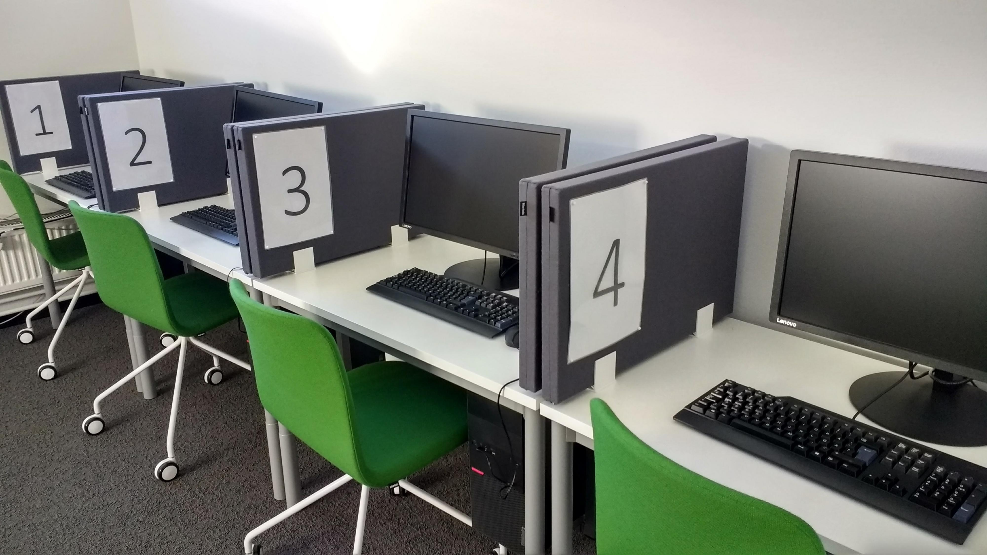 Tenttiakvaarion numeroidut tietokoneet.
