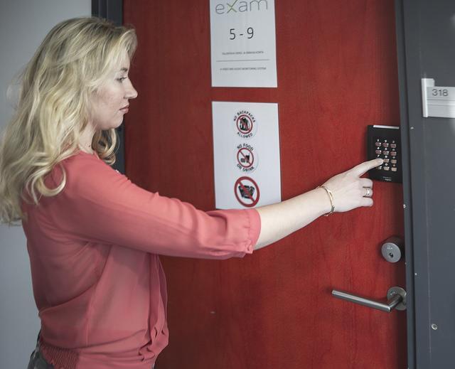 Tenttiakvaarion ovi, jossa on koodilla toimiva lukko.