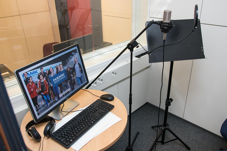 äänityskopin tietokone ja mikrofoni.